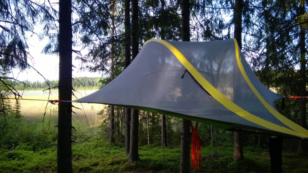 Tree Tent Kommee Kurki is a luxurious Tentsile Stingray located in privacy near the bird lake Hanhijärvi.